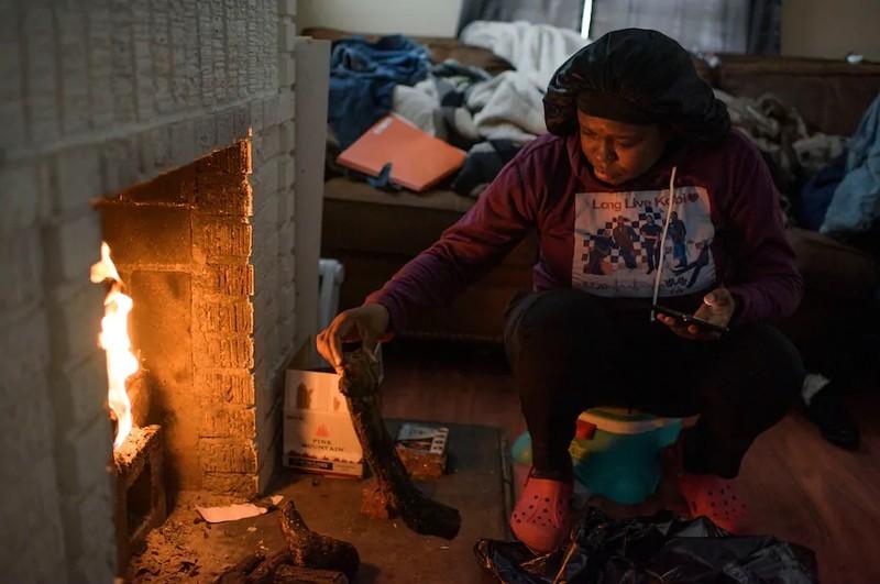 Texas: Hàng triệu gia đình vẫn oằn mình chịu lạnh vì mất điện  - ảnh 3