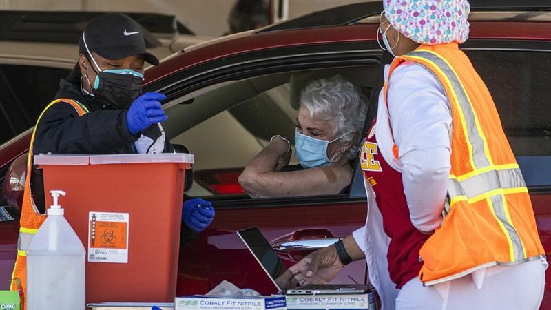 CDC Mỹ: Người tiêm vaccine đầy đủ không cần đeo khẩu trang - ảnh 1