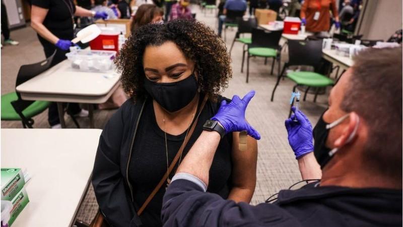 CDC Mỹ: Người tiêm vaccine đầy đủ không cần đeo khẩu trang - ảnh 3