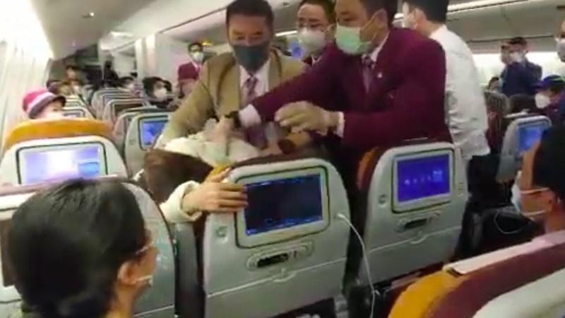 Ẩu đả trên máy bay, phi công gãy răng, tiếp viên gãy tay - ảnh 1