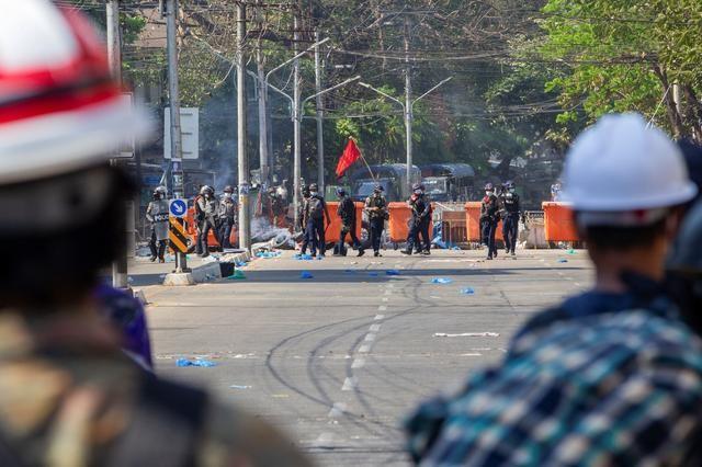 Cảnh sát Myanmar khám xét nhà dân, cấm truyền thông đưa tin - ảnh 4