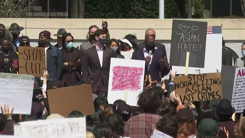 Hàng trăm người Mỹ biểu tình chống hành vi kỳ thị người gốc Á - ảnh 4