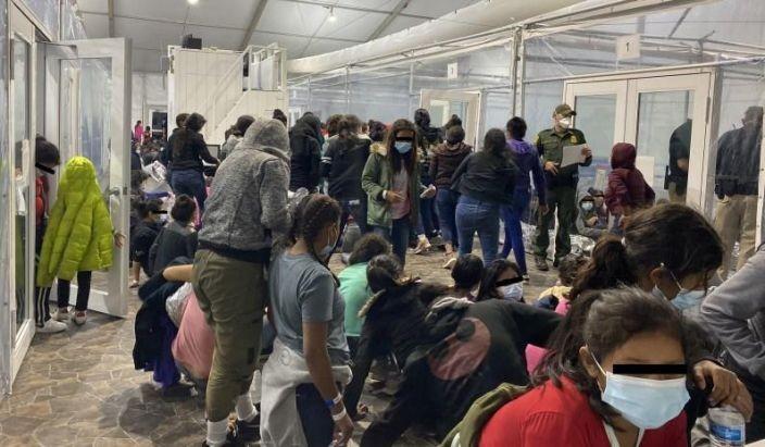 Bên trong trung tâm quản lý trẻ nhập cư trái phép vào Mỹ - ảnh 2