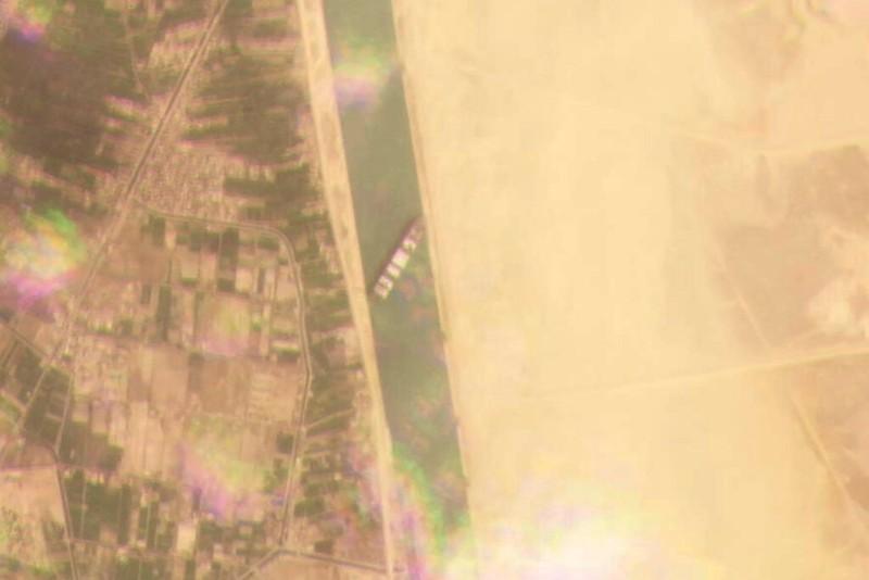 Tắc nghẽn kênh đào Suez do tàu 224.000 tấn mắc cạn - ảnh 1