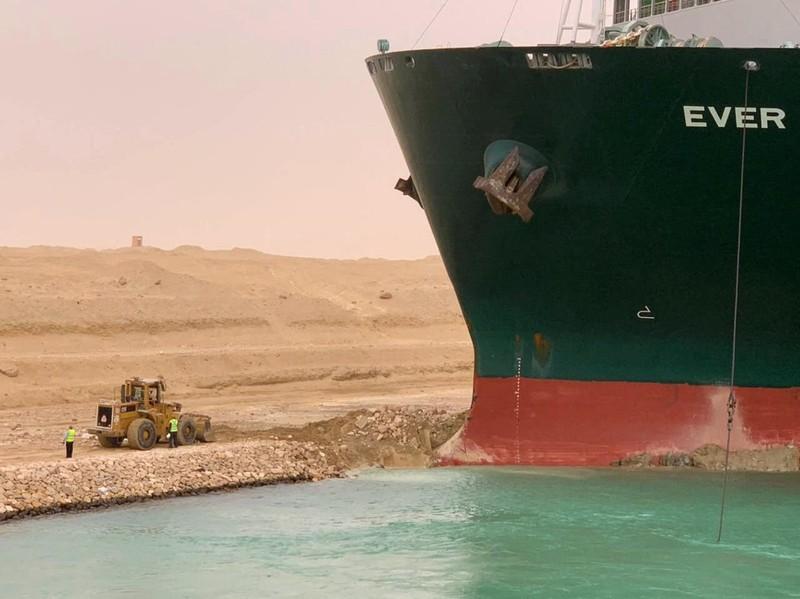 Tắc nghẽn kênh đào Suez do tàu 224.000 tấn mắc cạn - ảnh 2