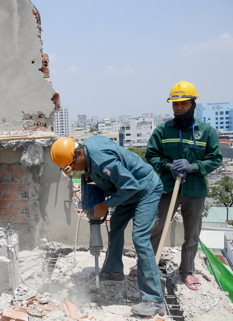 Cận cảnh cưỡng chế công trình xây dựng vượt tầng quận 10 - ảnh 5