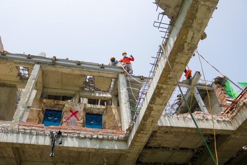 Cận cảnh cưỡng chế công trình xây dựng vượt tầng quận 10 - ảnh 10