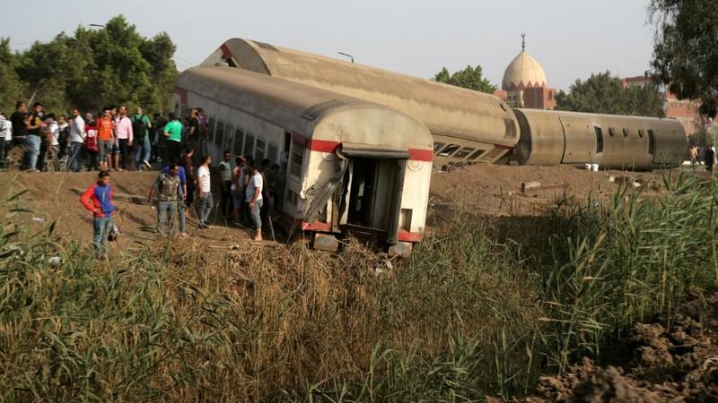 Tàu trật đường ray ở Ai Cập, hàng trăm người thương vong - ảnh 1
