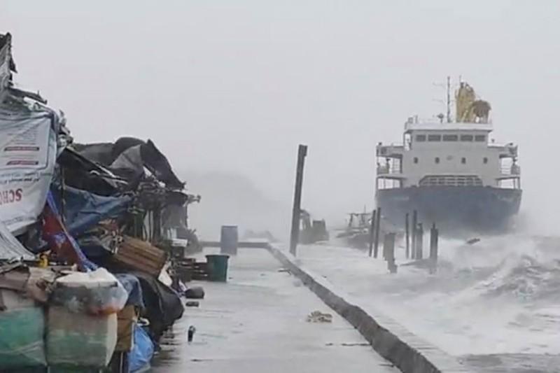 Siêu bão Surigae: Tàu mắc cạn, 20 thuỷ thủ đang được tìm kiếm - ảnh 1