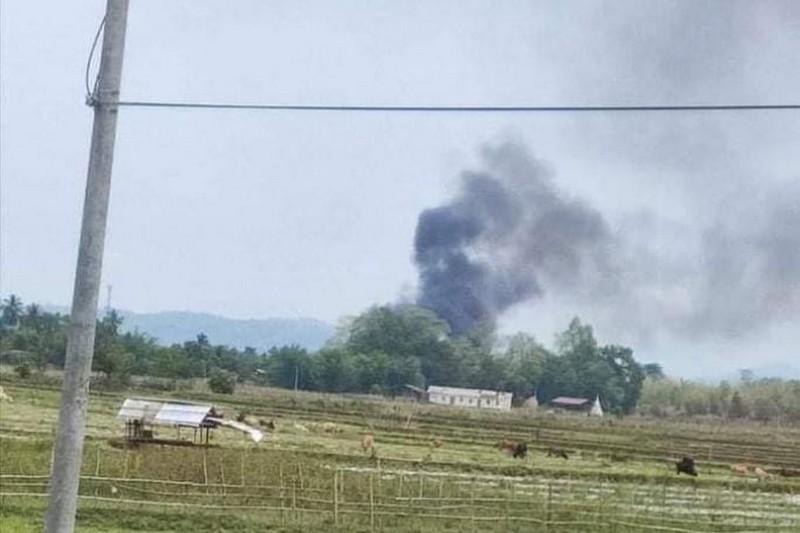 Reuters: Nhóm nổi dậy Myanmar nói đã bắn hạ trực thăng quân sự - ảnh 1