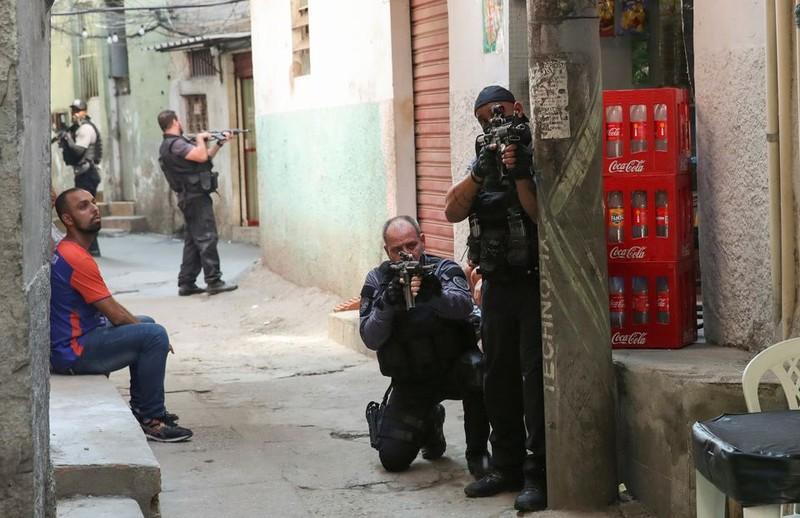 Brazil: Cảnh sát đấu súng với tội phạm ma túy, 25 người chết - ảnh 5