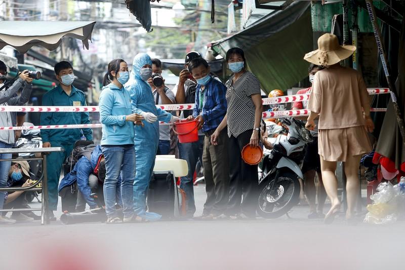 TP.HCM: Phun xịt khuẩn, phong tỏa đường Hồ Thị Kỷ - ảnh 5