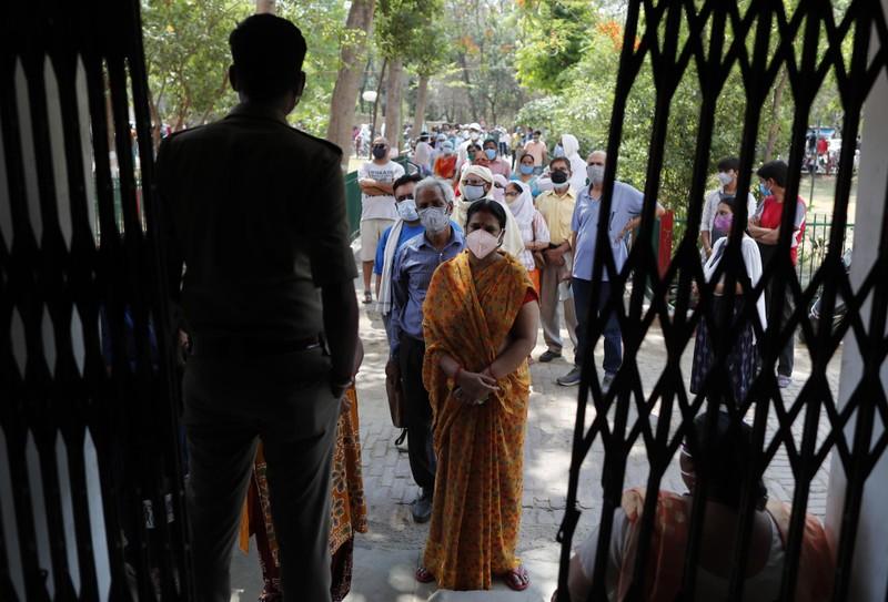 COVID-19 Ấn Độ: Kỷ lục số ca tử vong, nhiều nơi siết phong tỏa - ảnh 1