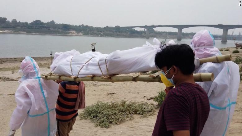 Ấn Độ: Thi thể hơn 30 người được vớt lên từ sông Hằng - ảnh 1