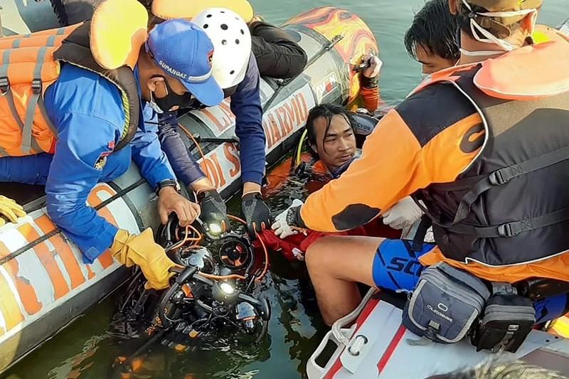 Indonesia: Thuyền lật vì khách chụp ảnh tự sướng, 7 người chết - ảnh 1
