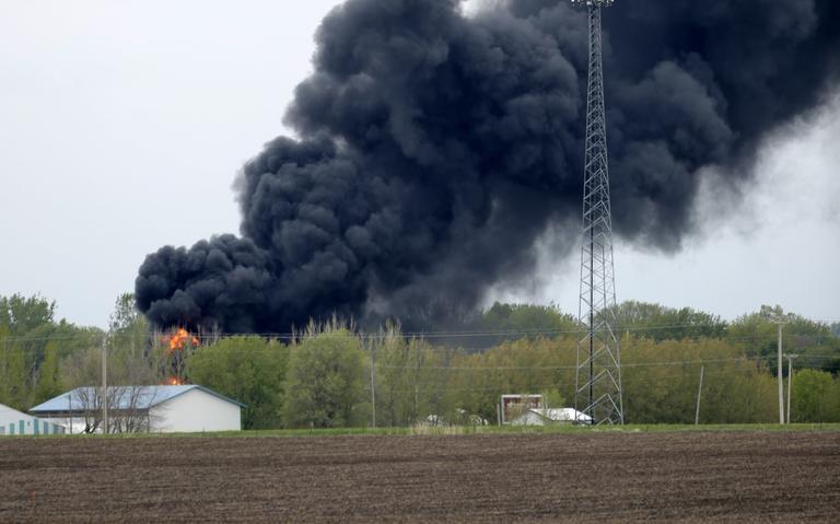 Ảnh: Cháy lớn sau khi tàu chở hóa chất trật đường ray ở Mỹ - ảnh 3