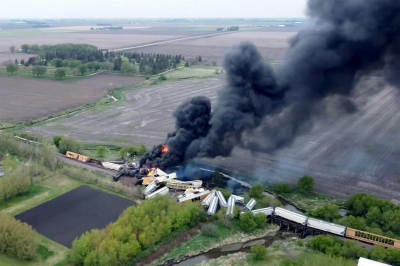 Ảnh: Cháy lớn sau khi tàu chở hóa chất trật đường ray ở Mỹ - ảnh 2