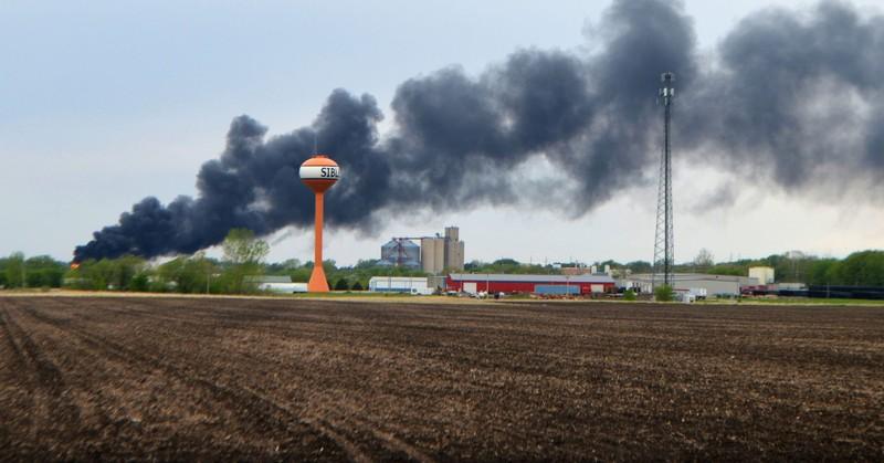 Ảnh: Cháy lớn sau khi tàu chở hóa chất trật đường ray ở Mỹ - ảnh 4