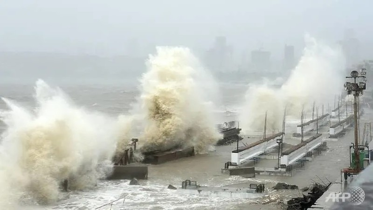 Ấn Độ: Tàu gặp nạn do bão Tauktae, 96 người còn mất tích - ảnh 2