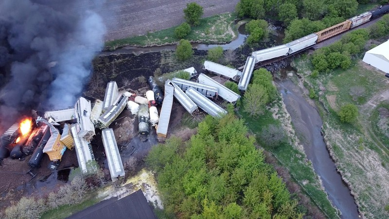 Ảnh: Cháy lớn sau khi tàu chở hóa chất trật đường ray ở Mỹ - ảnh 1