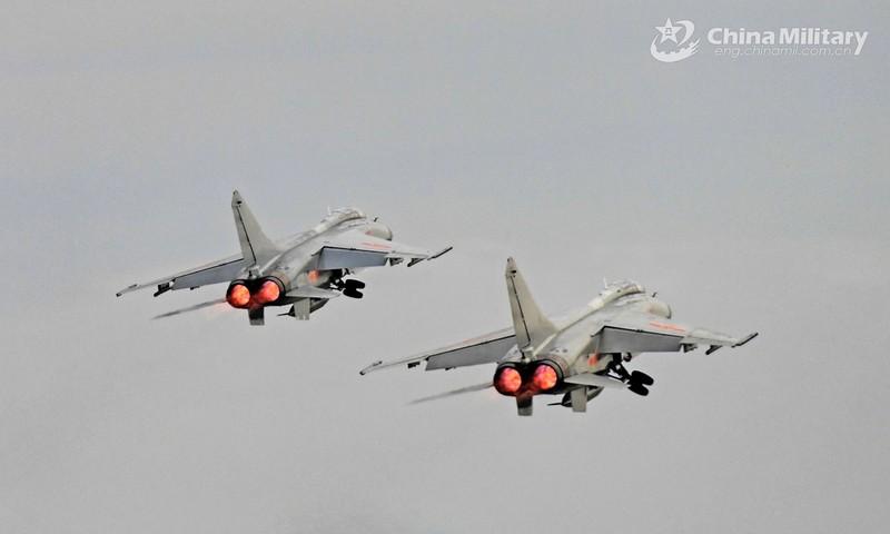 Trung Quốc tập trận, bắn 'hàng ngàn đạn dược' xuống Biển Đông - ảnh 1