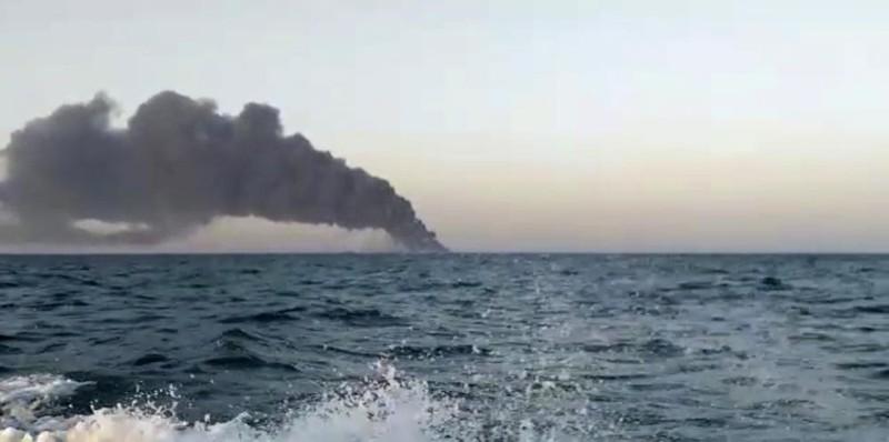 Tàu lớn nhất của hải quân Iran cháy, chìm gần eo biển Hormuz - ảnh 2