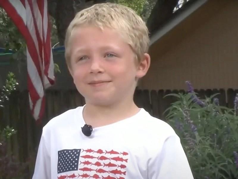 Bé trai 7 tuổi bơi cả giờ liền tìm người nhờ cứu cha, em gái gặp nạn giữa sông - ảnh 1