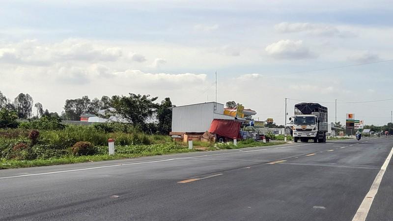 Cận cảnh những công trình lấn chiếm đường dẫn cầu Vàm Cống - ảnh 4
