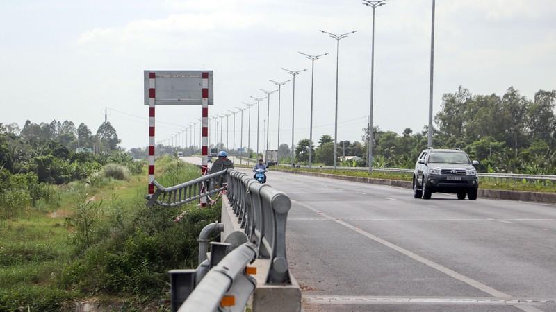 Cận cảnh những công trình lấn chiếm đường dẫn cầu Vàm Cống - ảnh 6