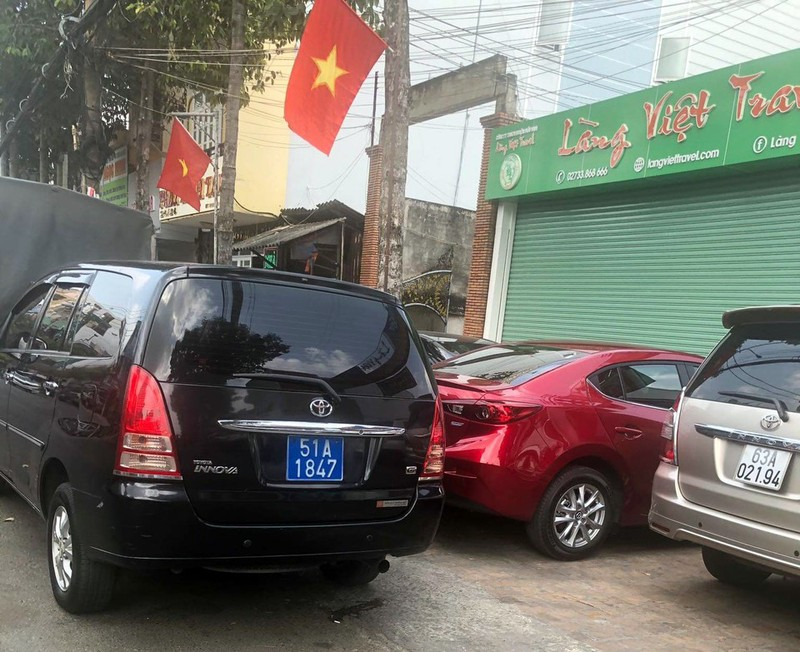 Nhiều xe biển xanh đậu gần 1 tiệc cưới ở Tiền Giang - ảnh 1
