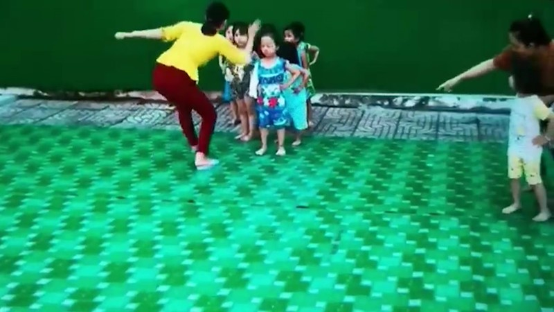 Cô giáo 'điều chỉnh' trẻ trong lúc tập múa: Phụ huynh nói gì? - ảnh 2