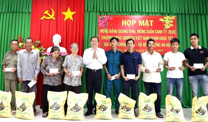 Chủ tịch Trần Thanh Mẫn tặng quà cho người nghèo ở Cần Thơ - ảnh 1