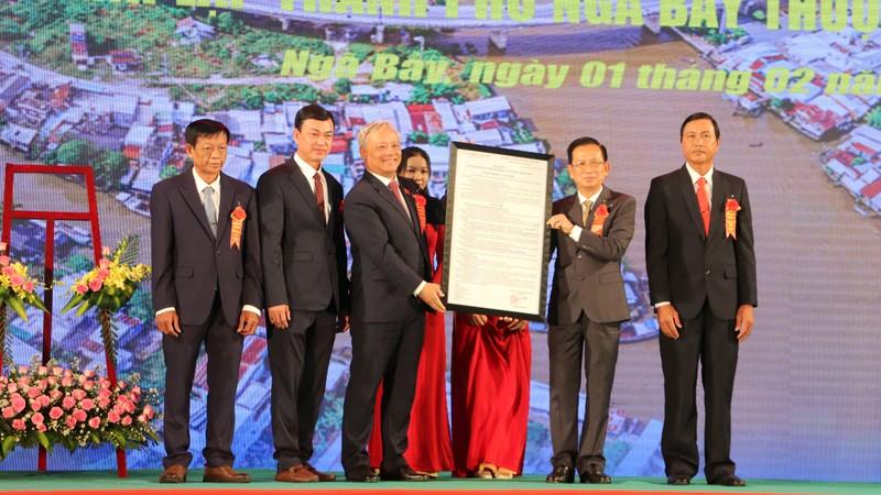 Phó Chủ tịch Quốc hội trao nghị quyết thành lập TP Ngã Bảy - ảnh 3