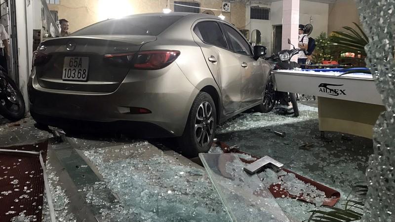 Cần Thơ: Ô tô do nữ cầm lái đâm thẳng vào quán bida - ảnh 2