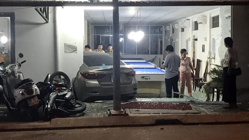 Cần Thơ: Ô tô do nữ cầm lái đâm thẳng vào quán bida - ảnh 1