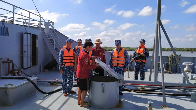 Cảnh sát biển 4 bắt tàu chở 100.000 lít dầu lậu - ảnh 1