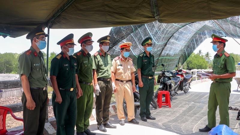 Phong tỏa đường bộ lẫn đường sông vào ấp Thừa Lợi - ảnh 2