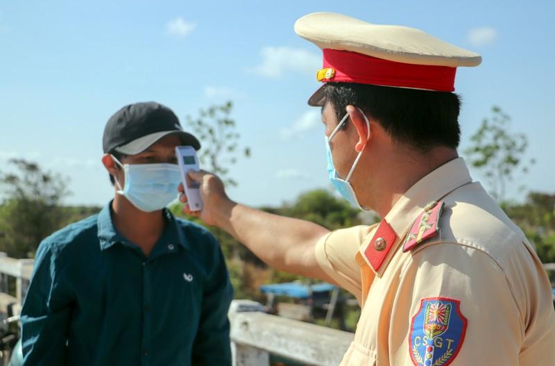 Chủ tịch Bến Tre kiểm tra thực tế ấp Thừa Lợi - ảnh 1