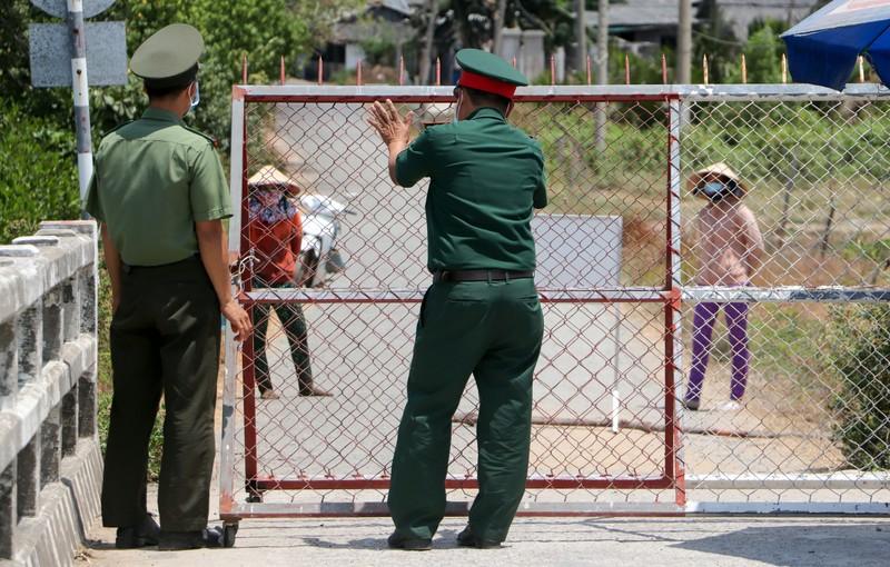 Chủ tịch Bến Tre kiểm tra thực tế ấp Thừa Lợi - ảnh 2