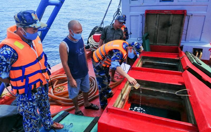 Cảnh sát biển 4 bắt 50.000 lít dầu lậu - ảnh 1