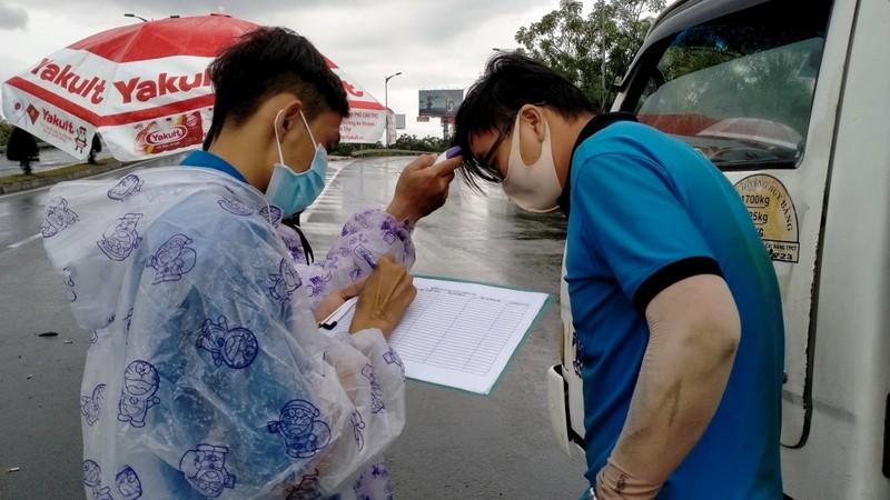 Đội mưa kiểm tra thân nhiệt tại cửa ngõ vào nội ô Cần Thơ - ảnh 3