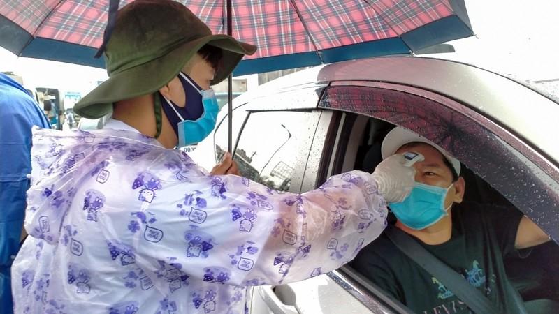 Đội mưa kiểm tra thân nhiệt tại cửa ngõ vào nội ô Cần Thơ - ảnh 4