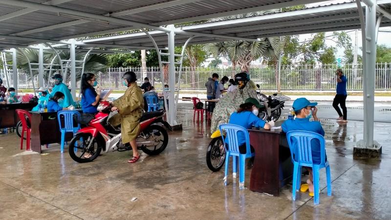 Đội mưa kiểm tra thân nhiệt tại cửa ngõ vào nội ô Cần Thơ - ảnh 5