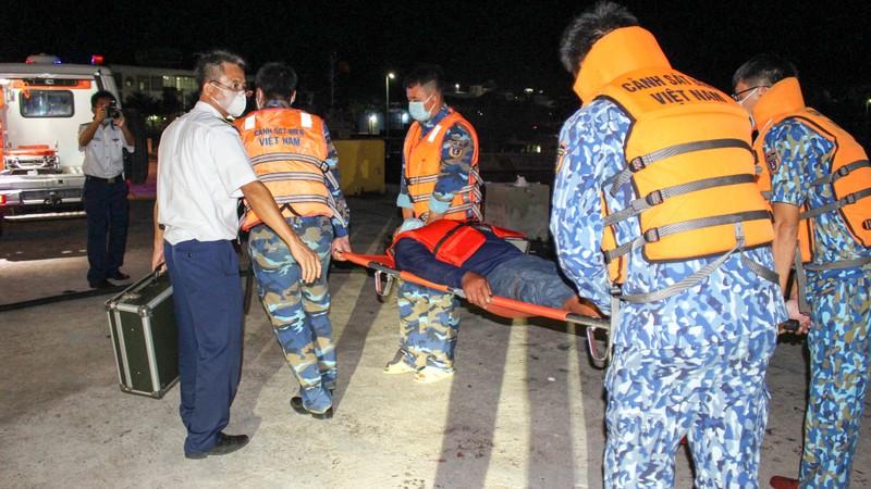Cảnh sát biển 4 cứu thành công 1 ngư dân gặp nạn  - ảnh 1