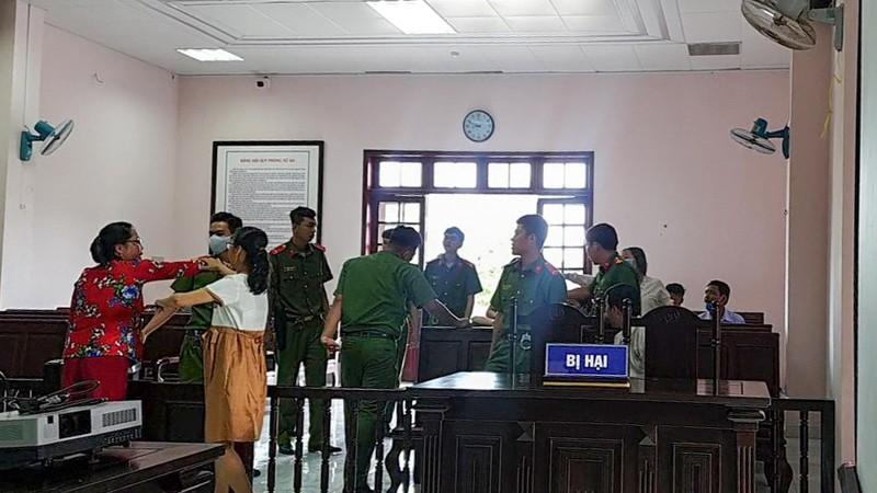 Gia đình bị hại và bị cáo hăm he nhau tại tòa - ảnh 2