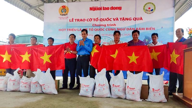 Tặng 2.000 lá cờ Tổ quốc cho ngư dân Tiền Giang - ảnh 1