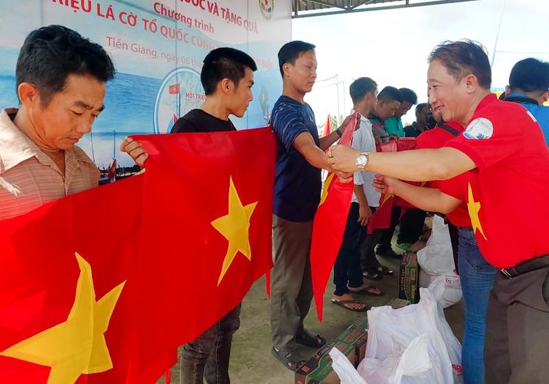 Tặng 2.000 lá cờ Tổ quốc cho ngư dân Tiền Giang - ảnh 2