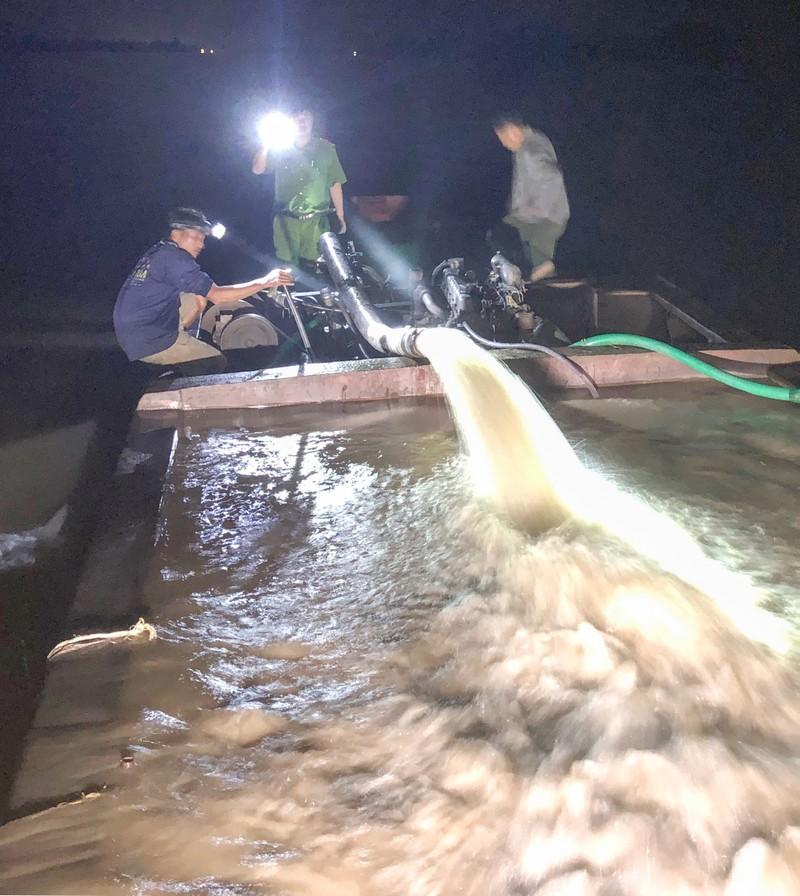 Công an bắt 3 phương tiện khai thác cát trộm trên sông Hậu - ảnh 1