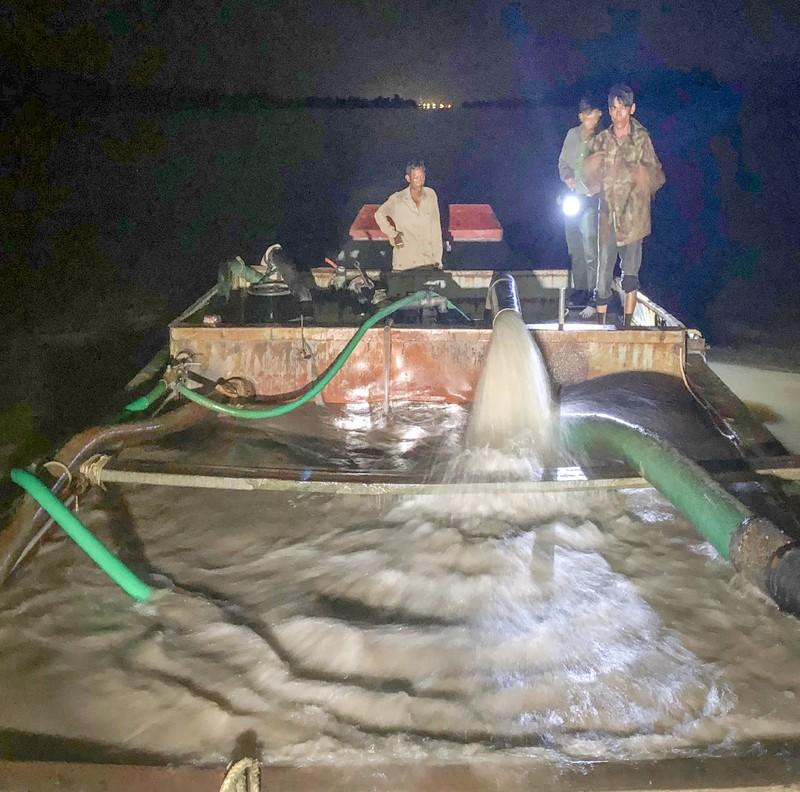 Công an bắt 3 phương tiện khai thác cát trộm trên sông Hậu - ảnh 2
