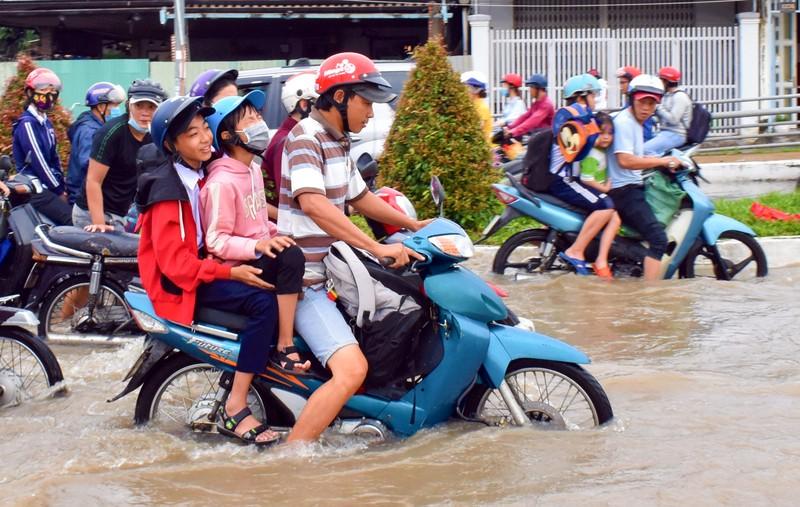 Dân Cần Thơ bì bõm lội nước đưa con đến trường - ảnh 4